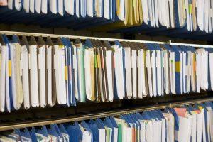 Volle Aktenschränke trotz elektronischer Personaldaten